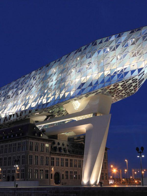 le célèbre bâtiment d'Anvers en Belgique de nuit
